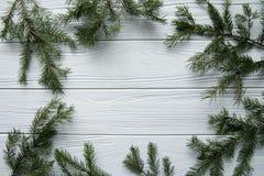 Neues Jahr und Winter eingestellt auf weißen hölzernen Hintergrund mit Tannenbaum, gestreiftem goldenem und weißem 2018 Lizenzfreie Stockfotografie