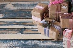 Neues Jahr verpackte Geschenke in den Kästen mit Bändern auf der Draufsicht des Bodens Drei Weihnachtskugeln getrennt auf Weiß Lizenzfreie Stockfotos