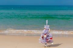 Neues Jahr verzierte Baum auf einem Strand Lizenzfreie Stockfotografie