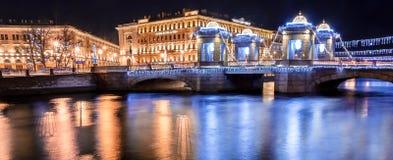 Neues Jahr verzierte Lomonosov-Brücke und Lomonosov-Quadrat stockfotografie