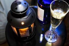 Neues Jahr-Weihnachten Champagne in den Gläsern und in einer Flasche, eine Weihnachtslaterne mit einer brennenden Kerze auf der f Stockbild
