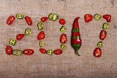 Neues Jahr, Weihnachten, kreativer Hintergrund mit Peperoni Lizenzfreie Stockfotos
