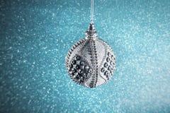 Neues Jahr Weihnachten Runde silberne Weihnachtsspielwaren auf einem glänzenden Stockbilder