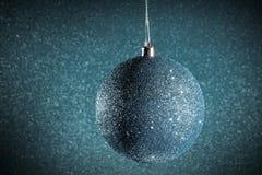 Neues Jahr Weihnachten Runde silberne Weihnachtsspielwaren auf einem glänzenden Stockbild