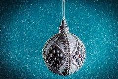 Neues Jahr Weihnachten Runde silberne Weihnachtsspielwaren auf einem glänzenden Stockfotos