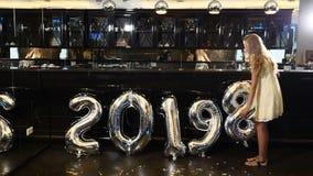 Neues Jahr 2019 Weihnachten 2019 Schönes Mädchen ändert Luft baloon Jahr-Symbolzahl von 2018 bis 2019 4K stock footage