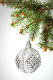 Neues Jahr Weihnachten Schönes rundes silbernes Weihnachtsspielzeug hangin Lizenzfreies Stockbild