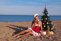 Neues Jahr Weihnachtsbaum Strandurlaubsort-Seemädchen 2018 Lizenzfreie Stockfotos