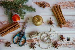 Neues Jahr Weihnachtshandwerk, roter Kerzenhalterseiljutefaser und -scheren Neues Jahr ` s Schaffung der festlichen Atmosphäre Lizenzfreies Stockbild