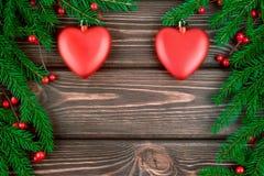 Neues Jahr Weihnachtshintergrund mit Tannenzweigen und roten Spielwaren Lizenzfreies Stockfoto