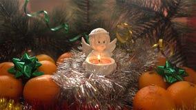 Neues Jahr Weihnachtszusammensetzung von Mandarinen, von Weihnachtsbaumasten und von Engel Stockfoto