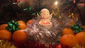 Neues Jahr Weihnachtszusammensetzung von Mandarinen, von Weihnachtsbaumasten und von Engel Lizenzfreie Stockfotografie