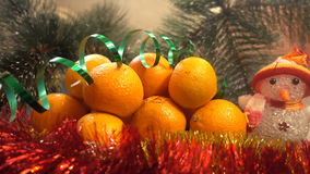 Neues Jahr Weihnachtszusammensetzung von Mandarinen, von Weihnachtsbaumasten und von Schneemann Stockfotos