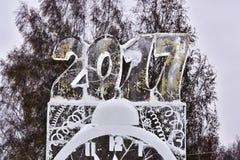 Neues Jahr Zahlen, geschnitzt aus Eis heraus Lizenzfreie Stockfotos