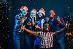 Neues Jahr zusammen feiern stockfotos