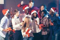 Neues Jahr zusammen feiern stockfoto