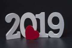 Neues Jahr zwei tausend neunzehn, weiße Zahlen auf einem schwarzen Hintergrund stockfoto