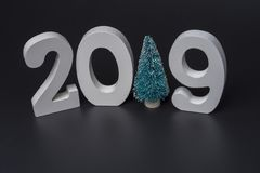 Neues Jahr zwei tausend neunzehn, weiße Zahlen auf einem schwarzen Hintergrund lizenzfreie stockfotografie