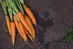 neues Karottenbündel auf altem Hintergrund Stockbild