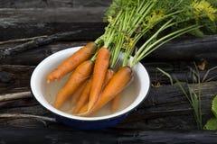 neues Karottenbündel auf altem Hintergrund Stockfoto