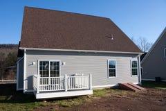 Neues konstruiertes Haus mit Portal Stockbild