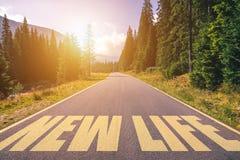 Neues Leben geschrieben auf Straße in die Berge Neuer Lebentext auf der Straße stockbild