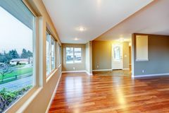 Neues leeres Hauptwohnzimmer mit Massivholzboden. Stockfoto