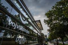 Neues Logo Vojvodjanska Banka auf ihrem Hauptbüro Vojvodanska-Logo, gekauft durch das ungarische OPT, ist eine von Serbien-` s Ha stockfotos