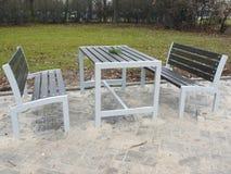 Neues Metall und hölzerne Parkbänke mit Tabelle Stockfoto