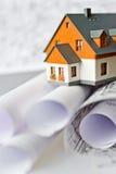 Neues Musterhaus auf Architekturplanplan auf tableat Schreibtisch Stockbild