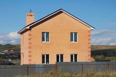 Neues nicht bevölkertes zwei-storeyed Landbacksteinhaus Stockbild