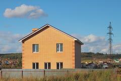 Neues nicht bevölkertes zwei-storeyed Landhaus vom Ziegelstein Lizenzfreie Stockfotos