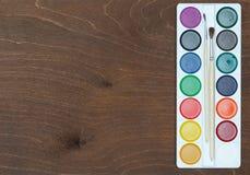 Neues pallette von Aquarellen auf Holztisch Lizenzfreies Stockbild