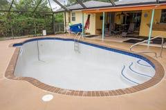 Neues Pool, das mit Wasser füllt Stockfotos