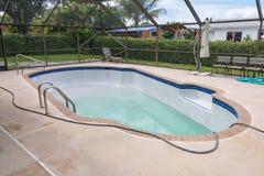 Neues Pool, das mit Wasser füllt Stockfotografie