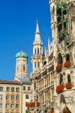Neues Rathaus και Frauenkirche στο Μόναχο, Βαυαρία, Γερμανία Στοκ εικόνες με δικαίωμα ελεύθερης χρήσης