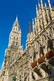 Neues Rathaus και Frauenkirche στο Μόναχο, Βαυαρία, Γερμανία Στοκ εικόνα με δικαίωμα ελεύθερης χρήσης