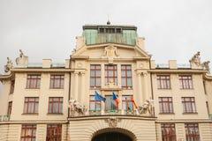 Neues Rathaus auf der Ostseite des Mariinsky-Quadrats in Prag in der Tschechischen Republik Städtisches Gebäude hängen Stockbilder