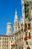 Neues Rathaus i Frauenkirche w Monachium, Bavaria, Niemcy Obrazy Royalty Free