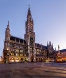 Neues Rathaus und Marienplatz in München an der Dämmerung Stockbild