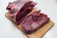 Neues Rindfleischstück in der Nahaufnahme lizenzfreie stockfotografie
