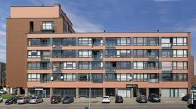 Neues rotes Standardhaus mit Wohnungen der niedrigen Kosten Stockfotos