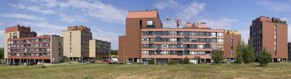 Neues rotes Standardhaus mit Wohnungen der niedrigen Kosten Lizenzfreie Stockbilder