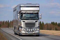 Neues Scania Horsebox auf der Straße Stockfotos