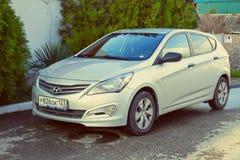 Neues silbernes Hyundai Solaris parkte auf den Straßen von Sochi Lizenzfreie Stockfotos
