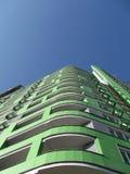 Neues städtisches hohes Gebäude, grüne Farbe, blauer Himmel Stockfotos