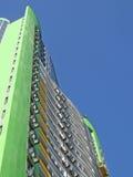 Neues städtisches hohes Gebäude, grüne Farbe, blauer Himmel Stockfoto