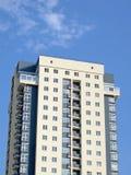 neues städtisches modernes gelbes graues Gebäude, blauer Himmel Stockbild