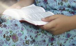 Neues Testament-Psalme Kleines Mädchen liest die Bibel stockfotografie