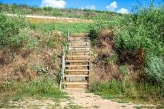 Neues Treppenhaus auf einem allgemeinen Strand Treppen zum Strand stockbild